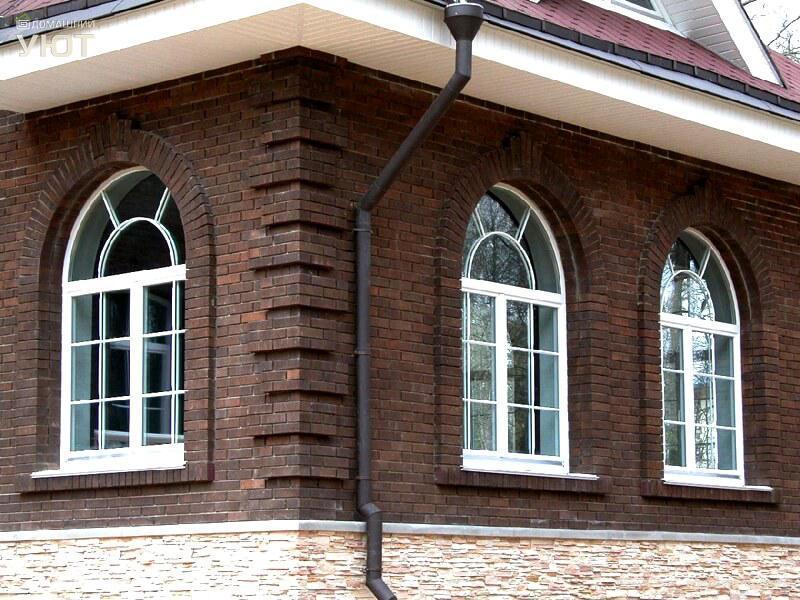 Арочные ПВХ окна в загородном коттедже