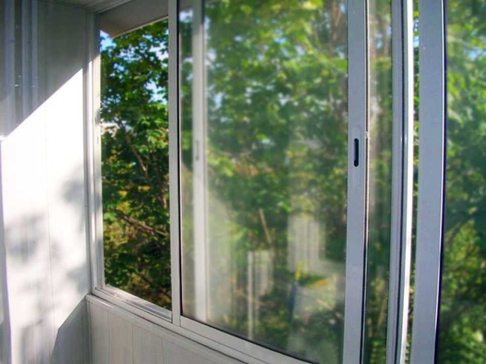 Холодное остекление балкона: виды, особенности и используемые материалы