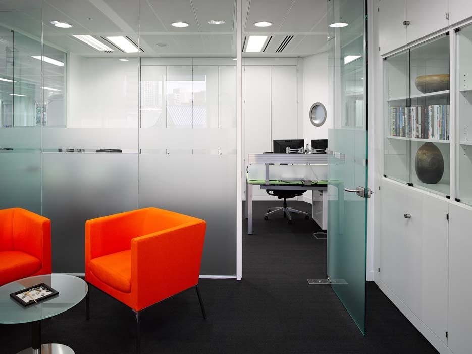 Стеклянные двери в офис: критерии выборы и особенности