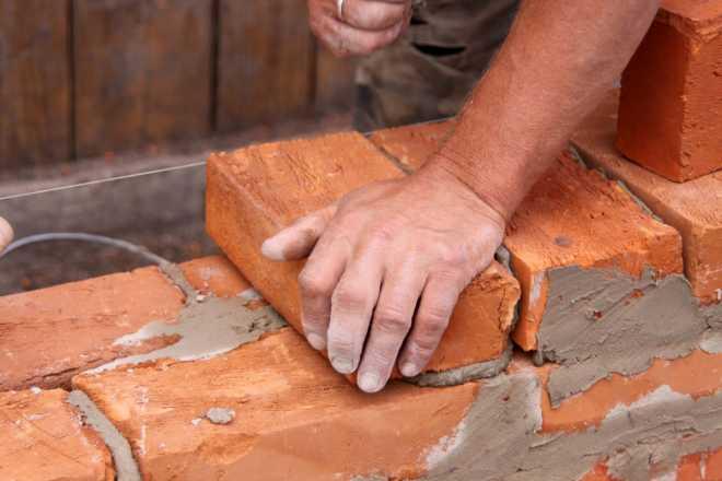 Строительство домов из кирпича, их преимущества и недостатки