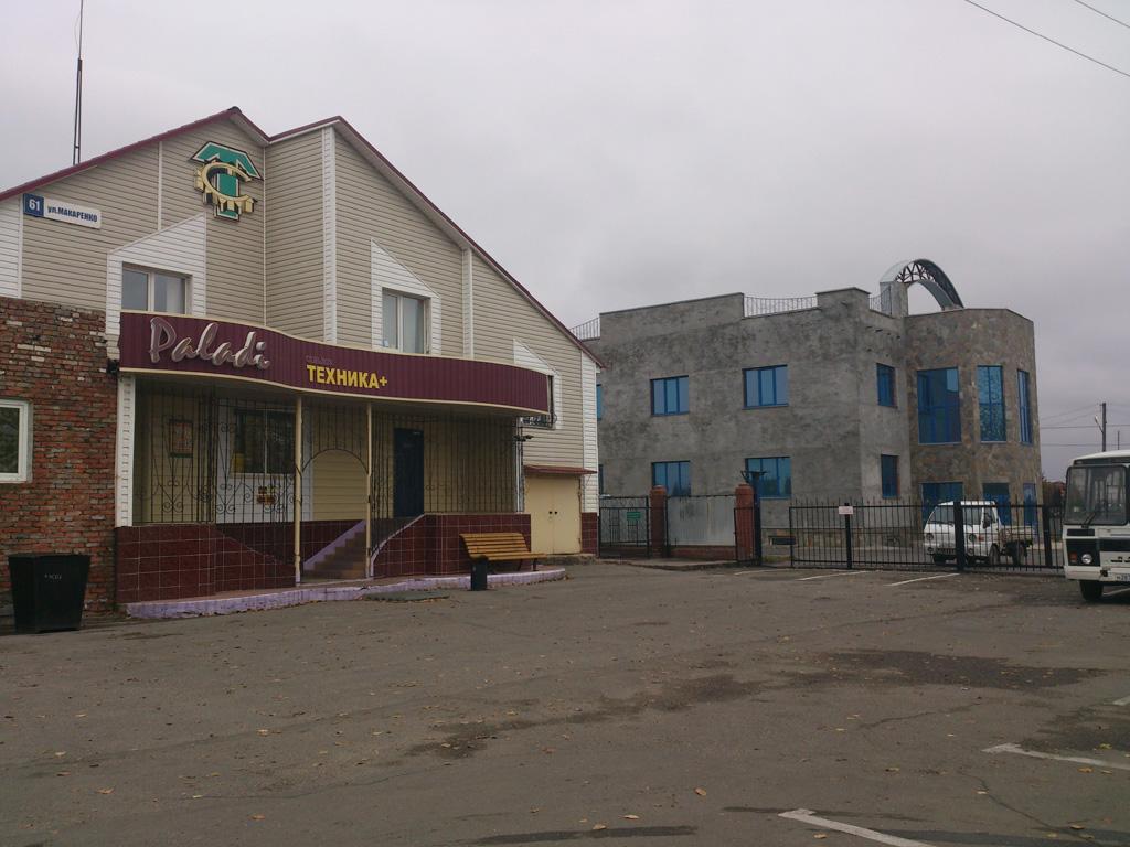 Вид на магазин «Сельхозтехника» на улице Макаренко, дом 61