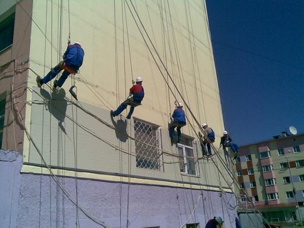 Утепление фасадов зданий альпинистами