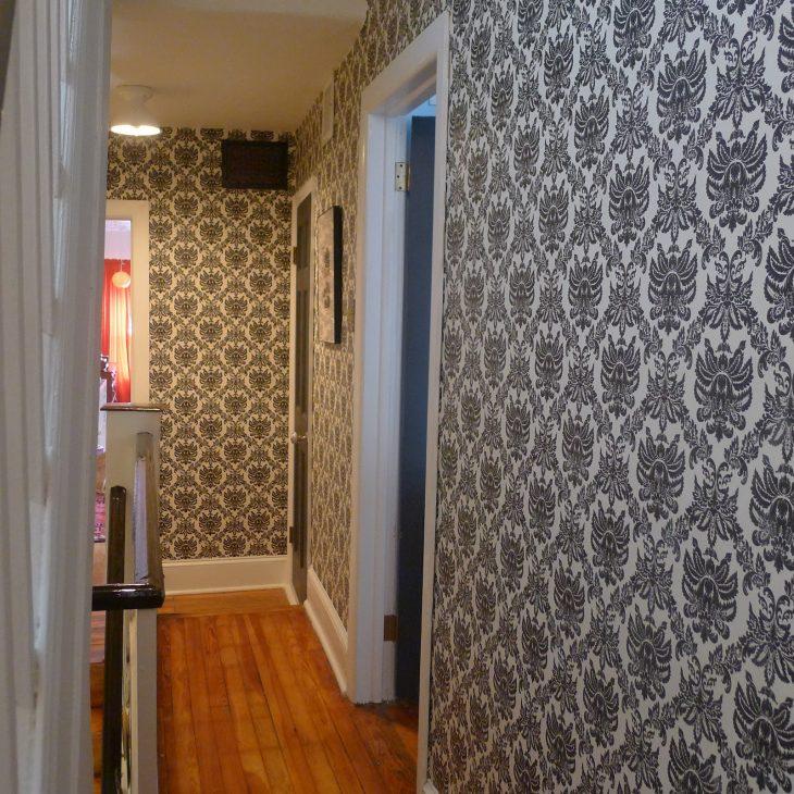 Отделка стен коридора при помощи обоев